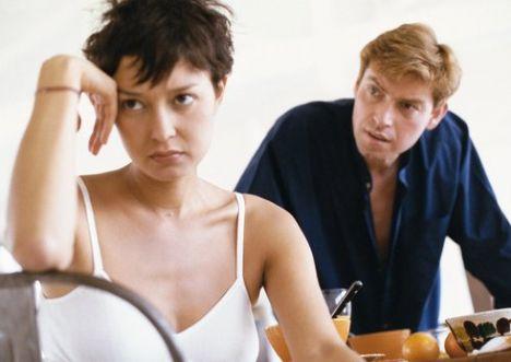 İlk büyük kavganız...  O tam bir sinir küpü, sizse inanılmaz kızgınsınız.   Ne yapmalı?  Sakin olun: Ne kadar zor olsa da bazen biraz susmak ve konuşmak için daha uygun bir zamanı beklemek ikiniz için de iyi olur. Sinirle söyleyeceğiniz bir çift söz hem ilişkinizde kapanmayacak yaralar açabilir, hem de yine siz üzülebilirsiniz. En iyisi siz içinizden ona kadar saymayı deneyin.  Ona zaman ayırın: Eğer sorunları görmezden gelirseniz, dönüp dolaşıp yine başınıza iş açabilirler. Bir süre sonra birbirinizi düşman gibi görmeye başlarsınız.  Her zaman kazanan olamazsınız: Kavgada en çok sesi duyulan değil, sorunu çözen kişi kazanmış sayılır. Önce onu anladığınızı belli edin. Böylece onu dinlediğinizi ve sorundan haberdar olduğunuzu anlayacaktır. Bu tavır karşısında, o da suçlayıcı yaklaşımından vazgeçecek ve suçun kendine ait olan kısmını kabul edecektir.   Fazla uzatmayın: Eğer özür dilediyse ya da o gün konuşma modunda değilse, üzerine gitmeyin. Fazla uzatmak başınıza başka sorunlar çıkarabilir, dikkatli olun.